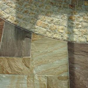 Pflästerung und Platten, ausgefugt, Meskalit und Indische Bodenplatten.